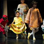 カーテンコール、大人ゲストと一緒に舞台にたつ子ども